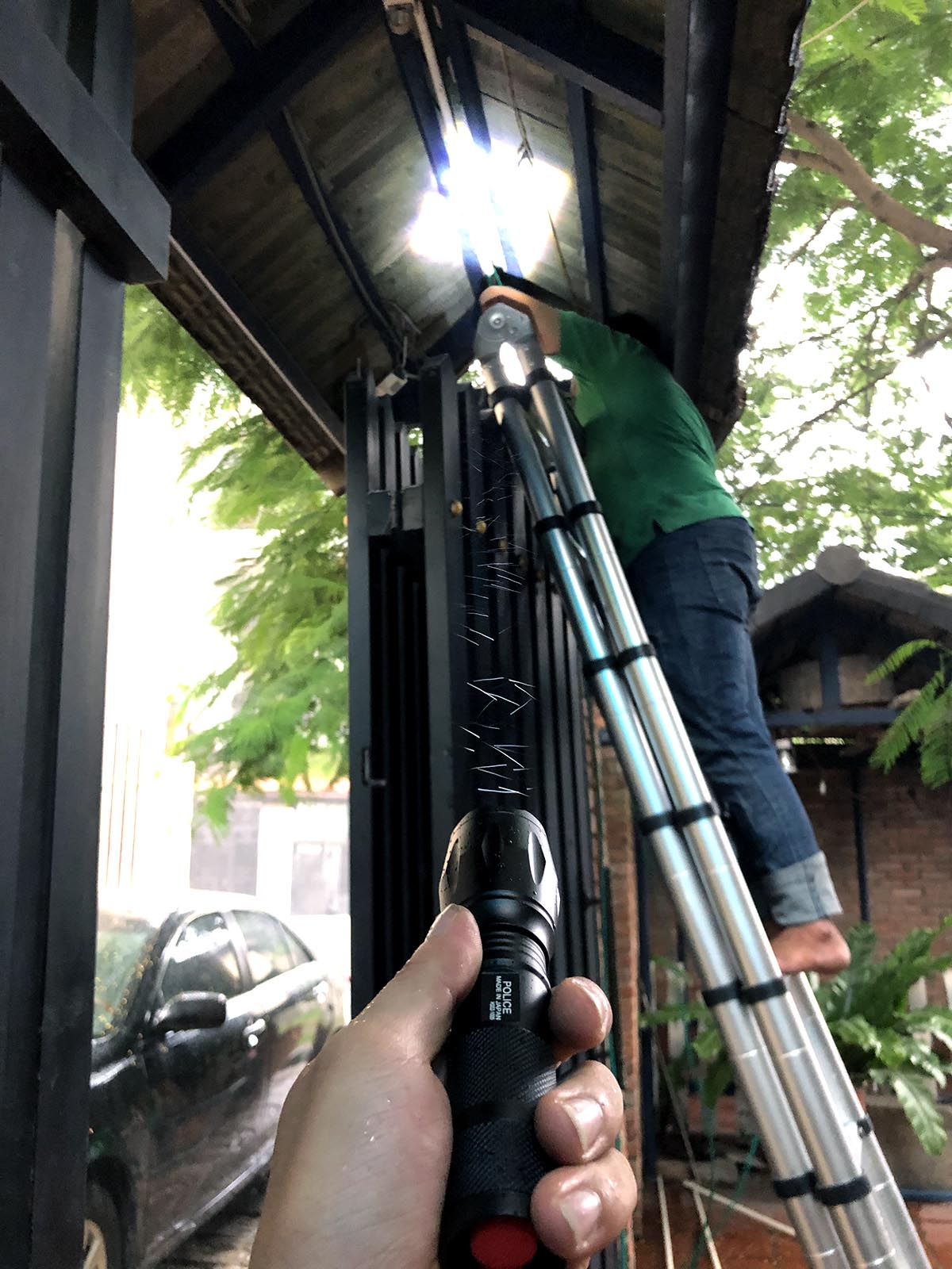 Đèn pin siêu sáng chống nước Police Nhật Bản phiên bản 2020 + Tặng 3 Pin sơ cua - 3 chế độ sáng + 2 chế độ nháy SOS + Công Nghệ Hard-anodized; Chống mài mòn, tự do - chống trầy xước, chống sốc