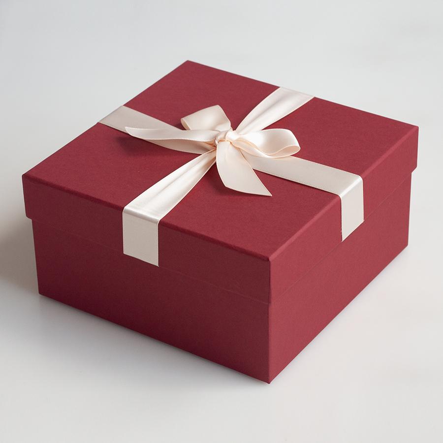 Hộp quà vuông đính nơ 17.5x17.5x9cm (đỏ đậm nơ kem) 290463
