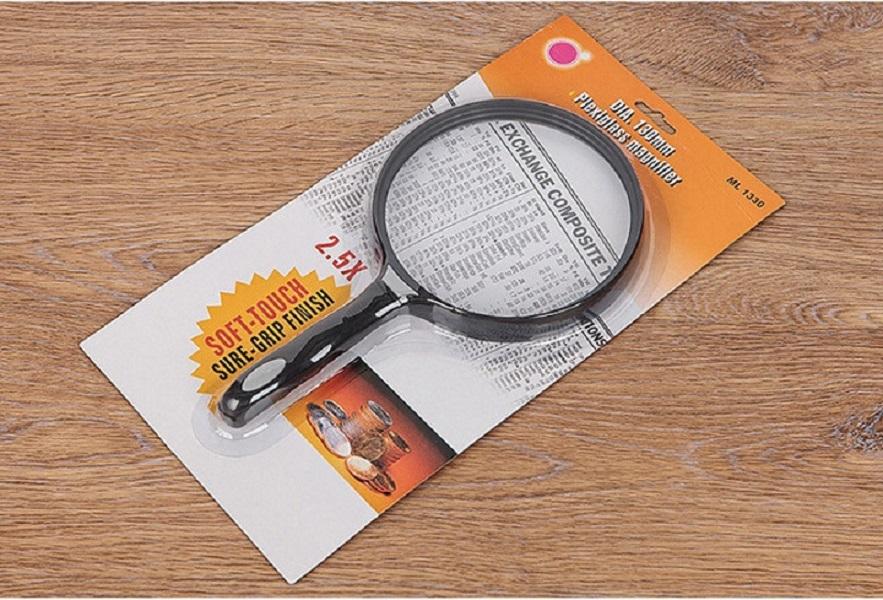 Kính lúp 2.5x cầm tay, đường kính 130mm đọc sách báo (Tặng Đèn pin bóp tay mini- màu ngẫu nhiên)