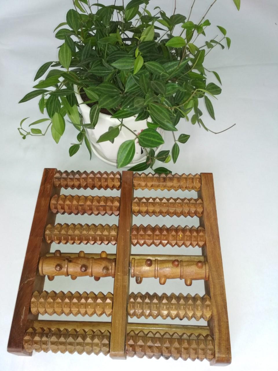Dụng cụ lăn chân bằng gỗ bách xanh.