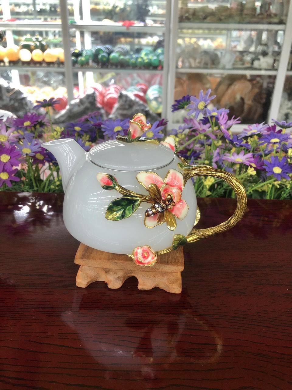 Bộ ấm trà chạm hoa hồng với ly chạm chữ đá bạch ngọc