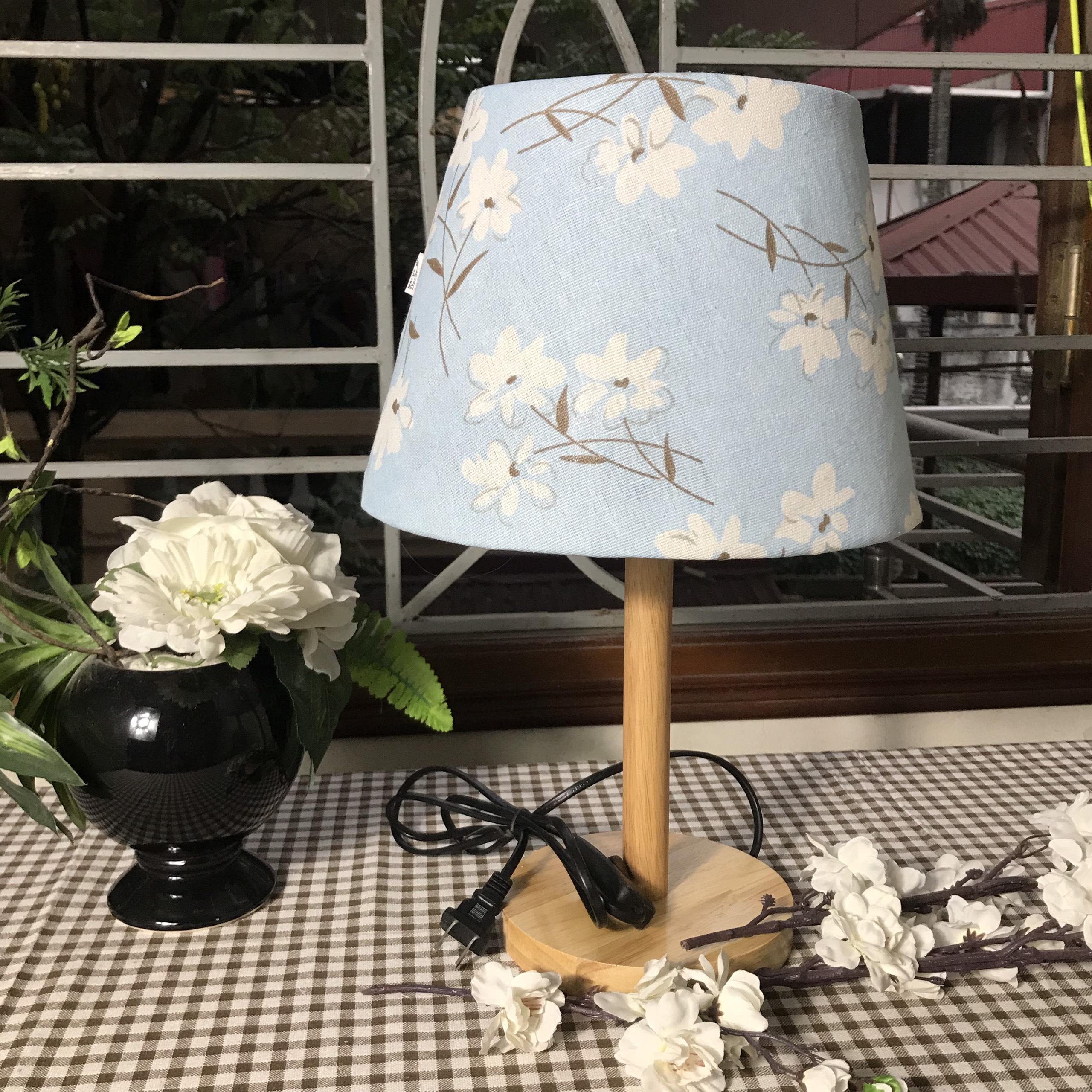 Đèn ngủ DB-C09 HOA TRẮNG NỀN XANH gắn đầu giường, chân gỗ tự nhiên, chao vải bố linen vintage, công tắc bật tắt, kèm bóng