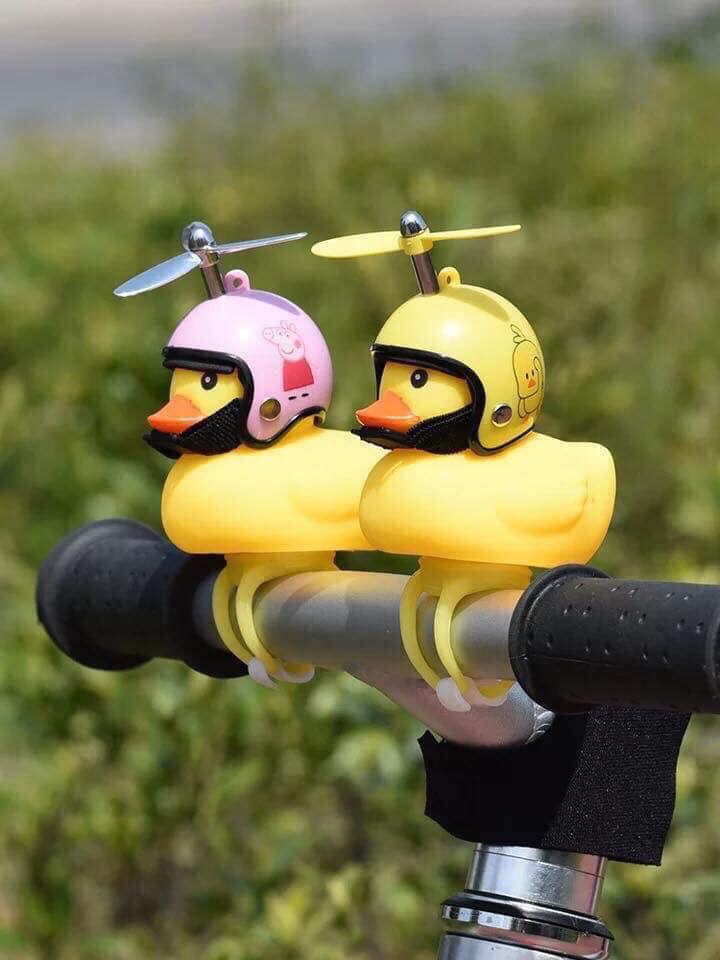 Vịt gắn xe đội mũ bảo hiểm