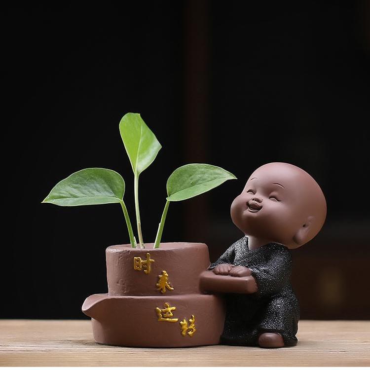 Tượng Chú Tiểu Và Chậu Gốm Cầu Phúc 03_Tặng kèm Nhành Hoa Trang Trí