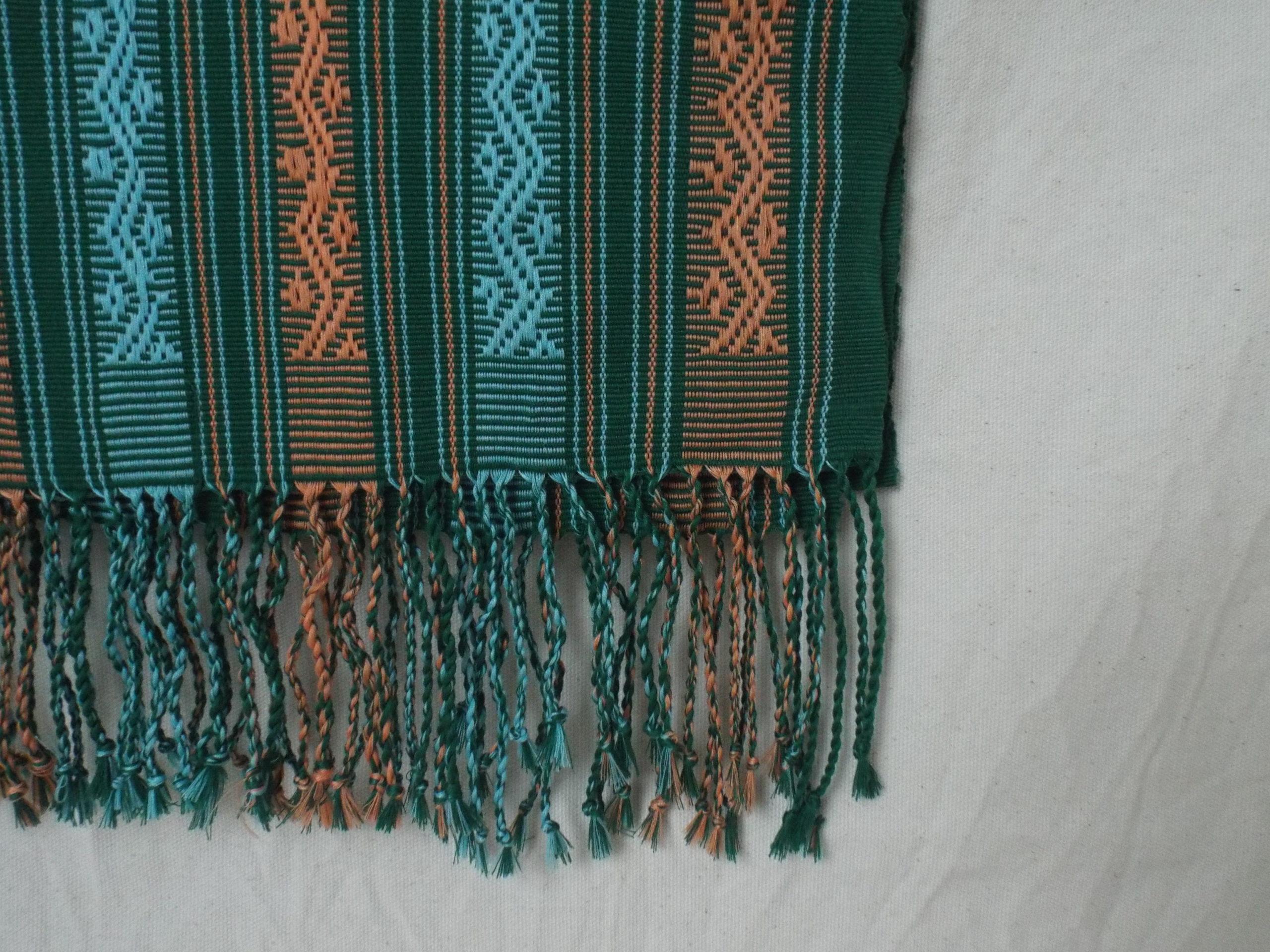 Khăn trải bàn decor nền xanh lá tươi mát có họa tiết zigzag (haraik)