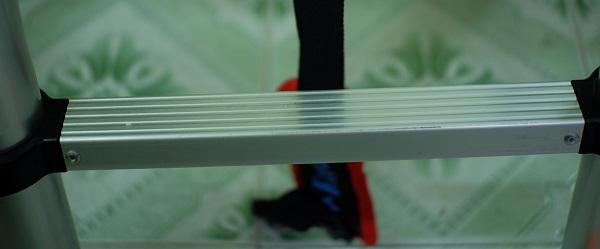 Các đường rãnh trên bậc thang tăng độ bám sát, chống trơn trượt