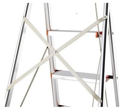 Giữa thân thang nhôm ghế tay vịn Kagami được tích hợp thêm các thanh chịu lực, tạo sự ổn định và an toàn khi sử dụng.