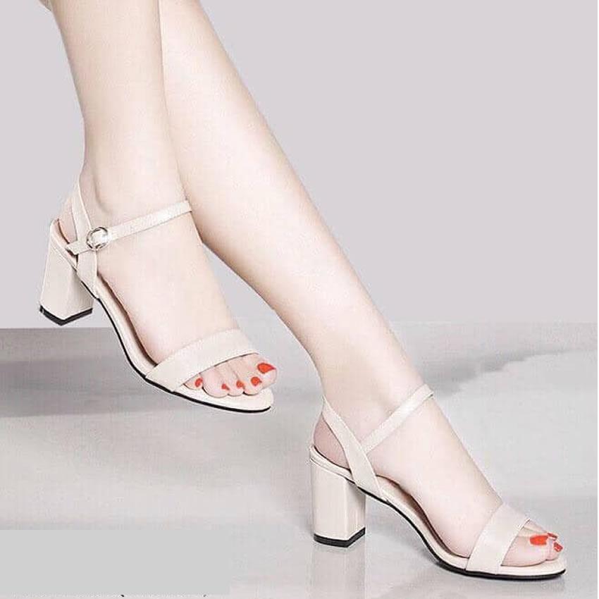 Giày cao gót nữ gót vuông 5cm màu kem khi lên chân